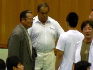 中央:継岡監督 左:村松OB会副会長